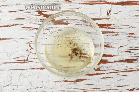 Для заправки соединить подсолнечное масло (3 ст. л.), лимонный сок (1 ст. л.), соль (2 щепотки), чёрный молотый перец (1 щепотку). Перемешать.