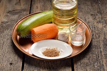 Для работы нам понадобятся цукини, морковь, уксус столовый, подсолнечное масло, соль, смесь трав для моркови по-корейски.