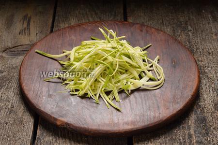 400 грамм цукини (молодых) вымыть, обсушить и натереть на тёрке для корейских овощей.