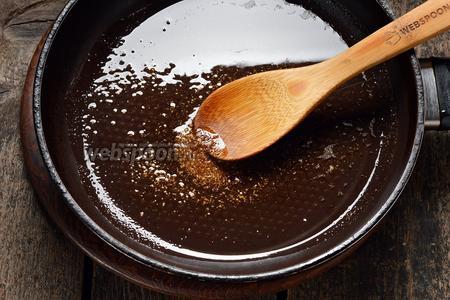 На сковороде разогреть 80 мл подсолнечного масла. Всыпать в него смесь трав для моркови по-корейски (1 ст. л.), перемешать и прогреть 10 секунд.