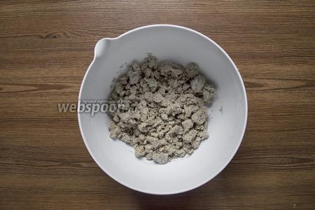 Смешать все продукты:  250 г закваски, 160 г муки, 5 г любой зелени, 1 ч. л. соли. Должно получиться тугое тесто. Если мало муки — можно подсыпать, если много — смочите руки водой или растительным маслом и замесите тесто ещё раз. Зелень можно заменить кунжутом, льном, маком, отрубями, сахаром (если хотите сладкие крипсы), корицей.