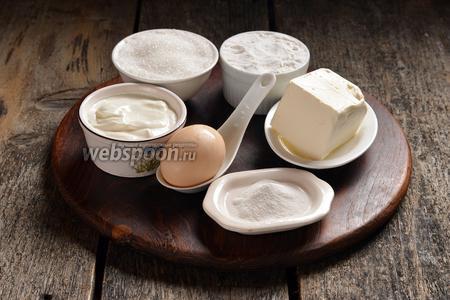 Приготовим печенье-основу для торта. Для этого нам понадобится пшеничная мука, сахар, яйцо, сметана, сливочное масло (маргарин сливочный), сода, соль.