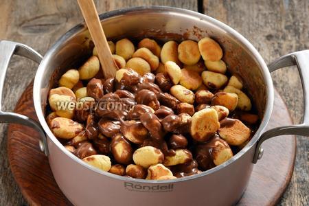 Выложить в тёплый крем заготовки из печенья и перемешать.