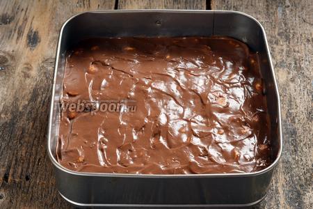 Поместить всё в форму, выложенную пищевой плёнкой. Это может быть круглая, куполообразная, прямоугольная или квадратная форма по вашему желанию. Отправить торт в холодильник на 12-24 часа. За это время печенье вберёт в себя часть крема, торт станет однородным и его будет легко нарезать на порции.