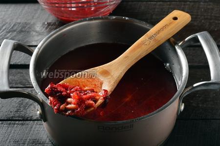 Отжимки соединить с 1 литром воды. Довести смесь до кипения и проварить 10 минут.