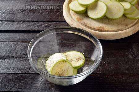 Посыпать кружочки со всех сторон солью (0,75 ч. л.) и чёрным молотым перцем (0,2 ч. л.).
