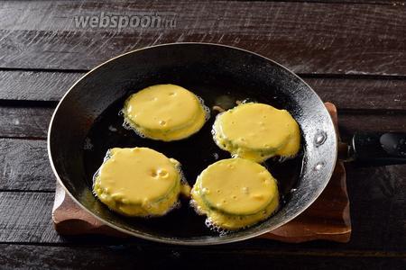Обжарить кружочки на горячей сковороде с подсолнечным маслом, с обеих сторон до золотистого цвета.