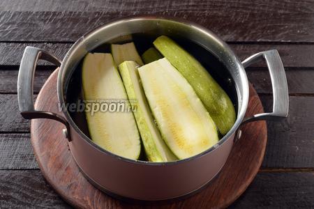 4 молодых цукини промыть и разрезать пополам. Выложить половинки в кастрюлю с подсоленным кипятком и проварить 2 минуты. Вынуть и остудить.