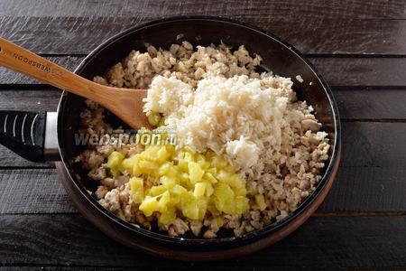 Выложить в сковороду рис и мякоть кабачка, нарезанную средними кусочками, перемешать и прогреть 2 минуты. Приправить солью (1 ч. л.) и чёрным молотым перцем (0,2 ч. л.).