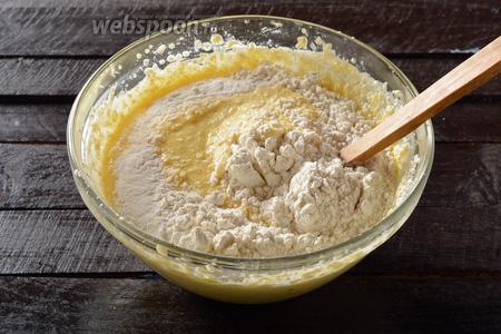 Вмешать 650 грамм просеянной с разрыхлителем (1 ст. л.) муку. Муки может понадобиться немного больше или меньше, чем указано в рецепте (это зависит от сухости муки).