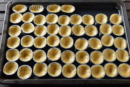 Орешки можно выпекать в духовке в специальных формочках, в электроорешнице или в орешнице на газу. Выложить тесто в формочки.