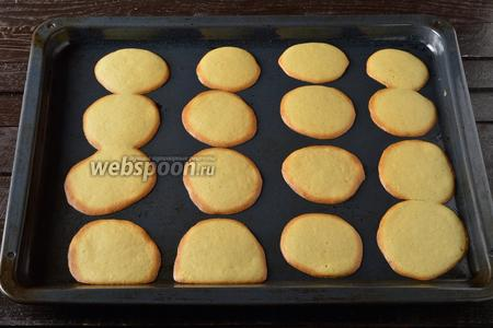 Готовить печенье в предварительно разогретой до 180°С духовке до золотистых краёв теста (приблизительно 12-15 минут). Горячее печенье сразу снять с противня, поддев его лопаткой или шпателем.
