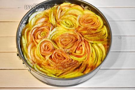 Сверху посыпать яблоки молотой корицей (1 ч. л.) и тростниковым коричневым сахаром по желанию.