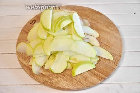 5 яблок помыть, разрезать на четвертинки, удалить семенную коробочку. Порезать тонкими ломтиками.