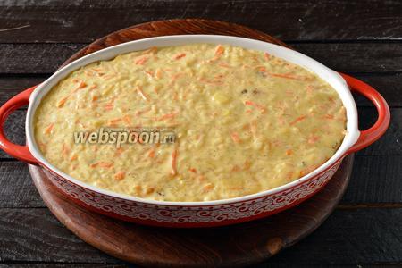 Форму для выпечки смазать сливочным маслом (1 ст. л.). Выложить смесь в форму и разровнять.