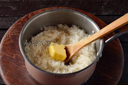 0,5 стакана риса промыть, отварить в подсоленной (0,5 ч. л.) воде (1,25 стакана) до готовности. В горячий рис вмешать 50 грамм сливочного масла. Остудить.
