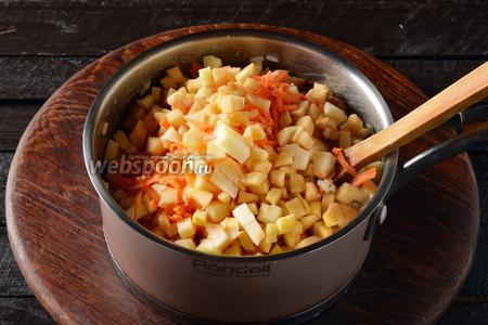 Вмешать морковь и яблоки.