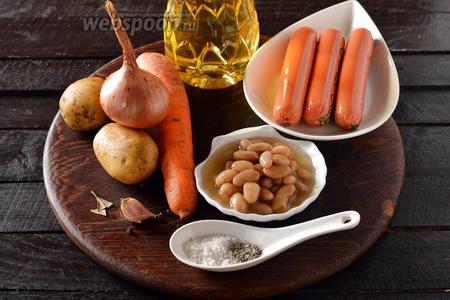 Для работы нам понадобится картофель, лук, морковь, чеснок, молочные сосиски, фасоль в собственном соку, подсолнечное масло, соль, чёрный молотый перец, чёрный перец горошком, лавровый лист.