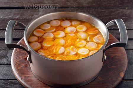 Добавить 3 чёрных перца горошком, 1 лавровый лист, чёрный молотый перец (0,2 ч. л.), выровнять суп на соль. Довести до кипения и снять с огня.