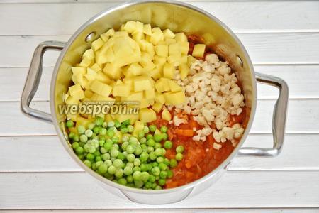 В кастрюлю влить 1 столовую ложку оливкового масла, разогреть и обжарить нарезанный бекон. Затем выложить все нарезанные овощи, 200 грамм зелёного горошка и немного припустить, минуты 3-4. Посолить (1 ч. л.), поперчить (0,5 ч. л.), перемешать.