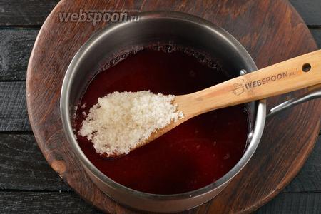 Соединить отвар, протёртую мякоть и 5 столовых ложек сахара. Перемешать, довести до кипения и проварить 1 минуту.