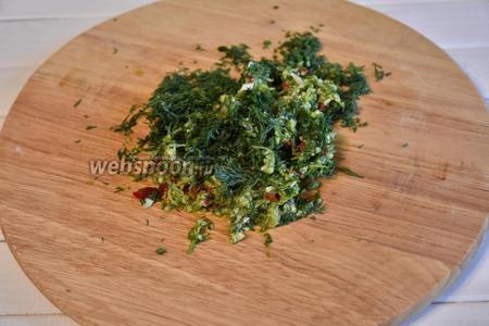 Зелень петрушки и укропа (по 1 пучку) измельчить вместе с чесноком (1 головка) и перцем чили (2 штучки).