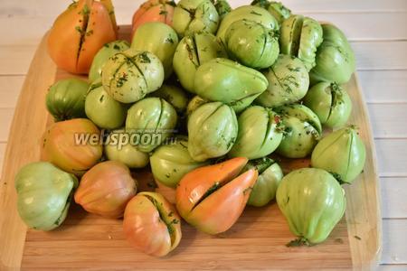 Отобрать плотные, неповреждённые помидоры — 2 кг. Разрезать крест-накрест, не до конца, и нафаршировать смесью из зелени, чеснока и перца.