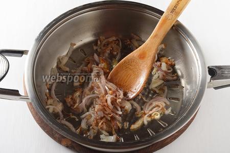 80 грамм лука очистить, нарезать полукольцами и обжарить на подсолнечном масле (3 ст. л.) до лёгкой золотистости.