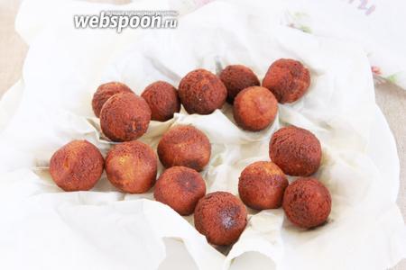 Обжаренные шарики аккуратно шумовочкой выложить на бумажное полотенце или салфетку, чтобы стекли остатки масла.