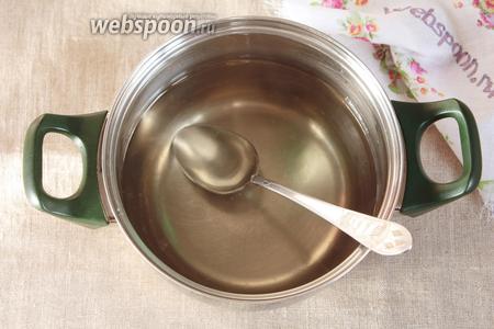 Довести, помешивая, сироп до кипения и кипятить в течение 5 минут. Убрать посуду с сиропом с плиты, добавить 3 столовых ложки розовой воды. Перемешать и пока оставить постоять в сторонке.