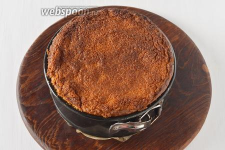 Готовить пирог в предварительно разогретой до 180°С духовке приблизительно 35-40 минут до уверенного золотистого цвета. Вынуть пирог из духовки и остудить.