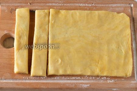 Раскатать тесто в прямоугольник, толщиной 1 сантиметр и шириной 10-15 сантиметров. Нарезать прямоугольник на полоски шириной 1 сантиметр.