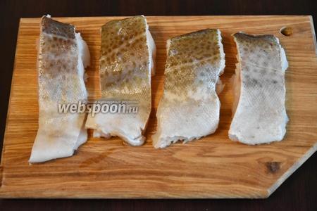 Подготовить филе трески (500 грамм), освободив от костей и кожи. Посолить (0,5 ч. л.), поперчить (0,5 ч. л.).