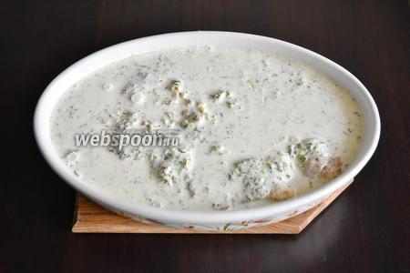Для заливки смешать в блендере сметану (100 грамм) и 3 яйца, 1 щепотку соли и 1 щепотку смеси молотых перцев, измельчённую зелень петрушки (1 пучок). Залить рыбу с луком сметанной заливкой.