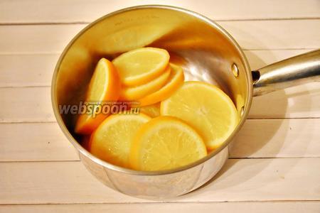Слить воду, откинув апельсиновые дольки в дуршлаг.