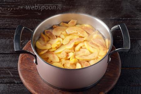Соединить отвар, 900 грамм сахара, айву. Довести до кипения и проварить на небольшом огне 30 минут. Добавить лимонную кислоту (0,5 ч. л.). Снять с огня и оставить на 12 часов.
