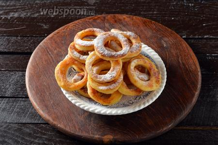 Перед подачей посыпать калачи сахарной пудрой.