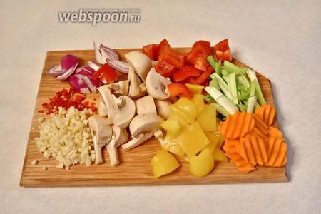 Нарезать овощи: 400 грамм грибов шампиньонов — на восьмушки, 1 морковь — кружочками, 2 болгарских перца — кубиком, зелёный лук (1 пучок) — соломкой, 1 фиолетовый лук — полукольцами. Имбирь (2 см) очистить и натереть на тёрке, нам потребуется 1 ч. л. тёртого имбиря, 2 зубчика чеснока и 1 половинку перца чили измельчить.