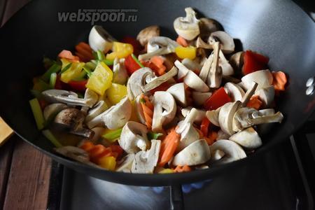 В вок, где жарились креветки, влить остаток кунжутного  масла (15 мл), разогреть его и обжарить овощи. Овощи обжаривать недолго, минут 5.