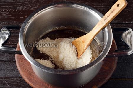 Соединить отвар, лимонную кислоту (0,5 ч. л.) и 750 грамм сахара. Довести до кипения и проварить 2-3 минуты.