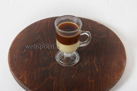 Затем сверху аккуратно налить такой же слой кофе.