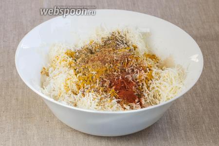 Добавьте 5 грамм чёрной соли, пряности (по 1 грамму асафетиды, куркумы, карри, молотой сладкой паприки и чёрного молотого перца).