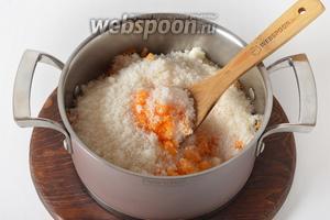 Соединить тыкву и 700 грамм сахара, перемешать и оставить при комнатной температуре на 1-2 часа, чтобы тыква пустила сок.