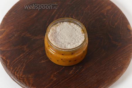 Расфасовать по сухим стерилизованным баночкам. Сверху насыпать слой сахара толщиной 0,5-0,7 сантиметра.