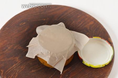 Накрыть банки пергаментом, а затем закрутить металлической крышкой или закрыть плотной пластмассовой крышкой.