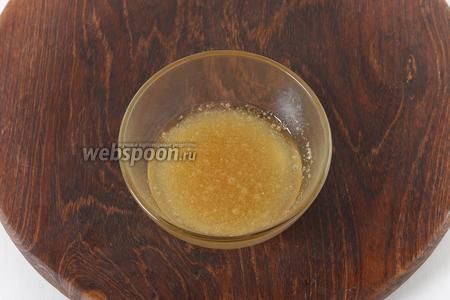 15 грамм желатина залить 100 мл кипячёной воды комнатной температуры и оставить на 15 минут.