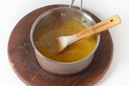 Вернуть отвар в кастрюлю, добавить сахар и повторно довести до кипения. Проварить 1 минуту.