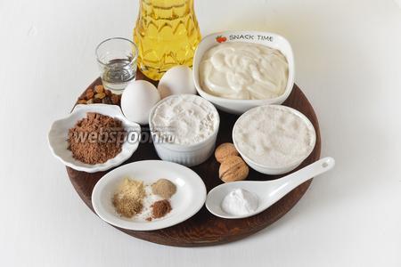 Для приготовления теста нам понадобится сахар, подсолнечное масло, йогурт, яйца, какао, сода, уксус, специи для пряников, грецкие орехи, изюм.