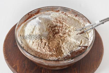 Добавить просеянную с содой (1,5 ч. л.) муку (250 грамм), специи для пряников (1 ст. л.). Перемешать.