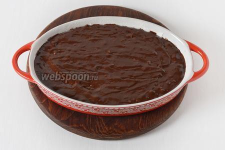 Форму смазать подсолнечным маслом (1 ст. л.) и посыпать мукой (1 ст. л.). Выложить тесто в форму.